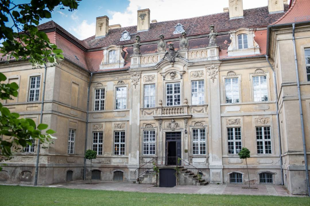 Frontansicht vom Schloss Roskow mit Treppe