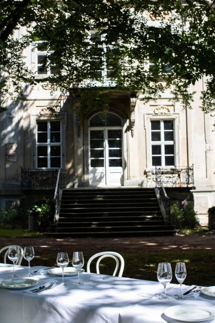 Garten vom Schloss Roskow mit gedeckter Tafel